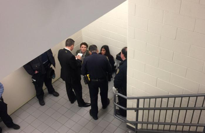 Las mujeres fueron interrogadas antes de ser arrestadas.
