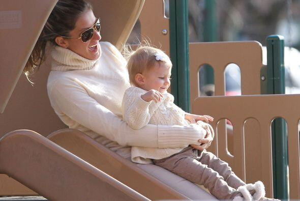 Gisele Bündchen se divierte más que su pequeña en el parque. Mira aquí l...