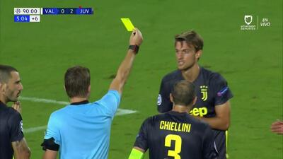 Tarjeta amarilla. El árbitro amonesta a Daniele Rugani de Juventus