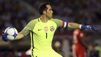 Claudio Bravo se perderá el debut de Chile en Copa Confederaciones