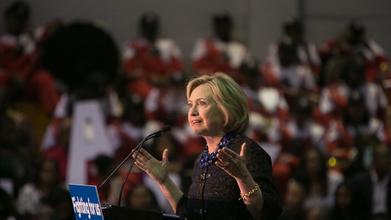 Activistas afroamericanos interrumpen un discurso de Hillary Clinton en...