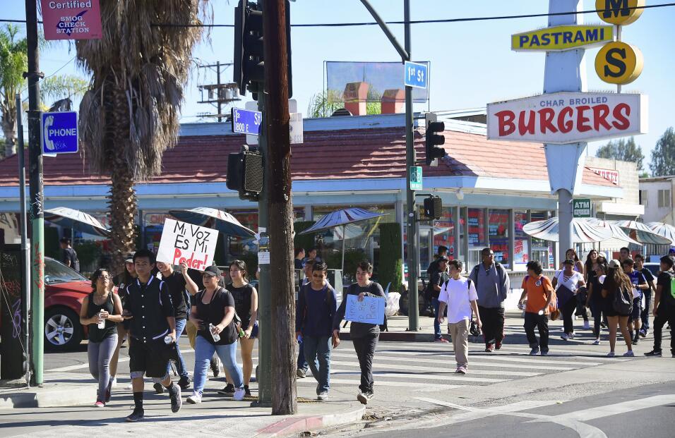 Cientos de estudiantes caminaron por las calles del este de Los Á...