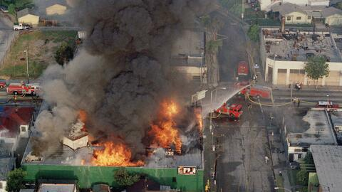 Los bomberos tratan de contener el fuego en un establecimiento ubicado e...
