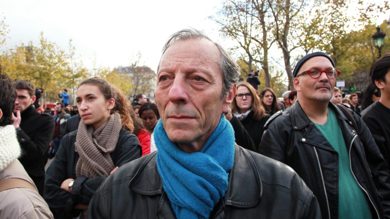 Un grupo de personas en las calles de París
