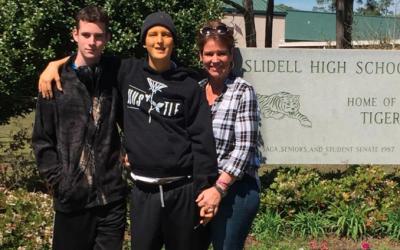 En la foto, los gemelos Nick y Devin con su madre. Fue publicada en la r...