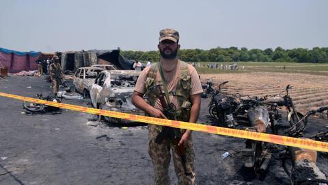 La zona del desastre fue acordonada por las autoridades pakistaníes