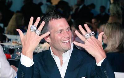 Tom Brady con sus anillos de campeón de la NFL