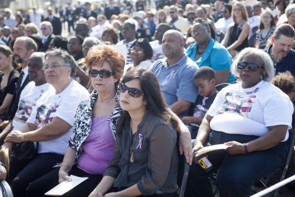 Cientos se presentaron con camisetas con fotos de sus familiares, quiene...