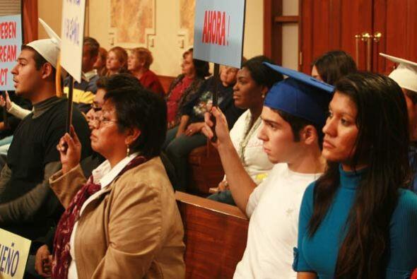 Los jóvenes en la corte también expresan su total aprobación ante el pro...