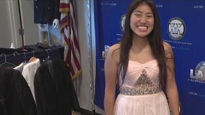 Policía de Los Ángeles dona vestidos de graduación a estudiantes de bajos recursos