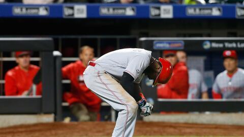 Brandon Phillips se queja luego de recibir un pelotazo en la mano.