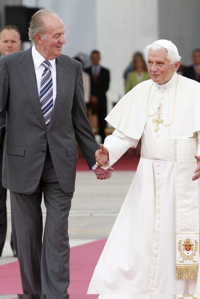 El rey Juan Carlos acompaña al papa Benedicto XVI durante la ceremonia d...