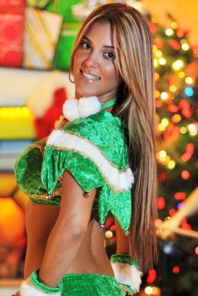 Un lindo traje verde de dos piezas se ajustó perfectamente a sus curvas,...