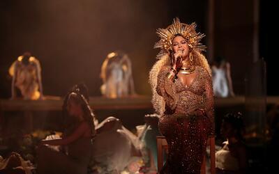 Beyonce durante su presentación en los Grammy 2017, donde cantó por prim...