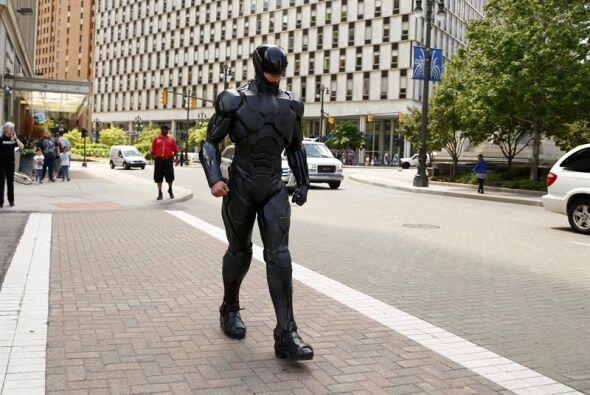 Un hombre vestido del personaje de RoboCop camina por una calle en Detro...