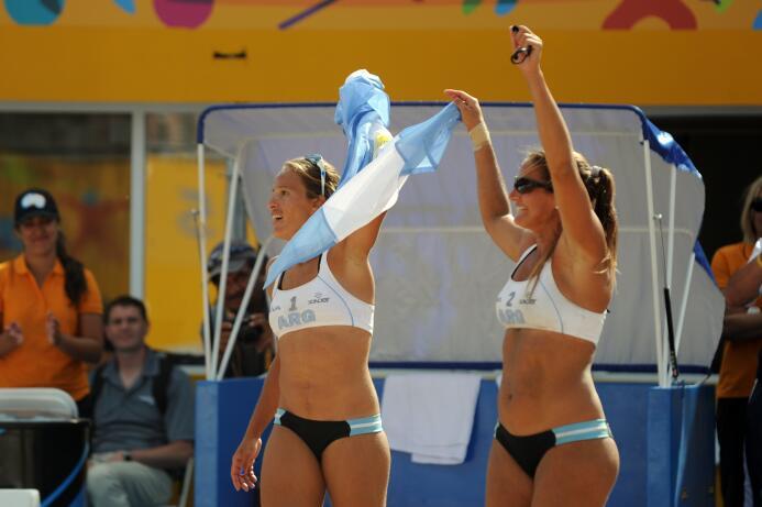 Las argentinas celebraron el triunfo con una vuelta olímpica y al grito...