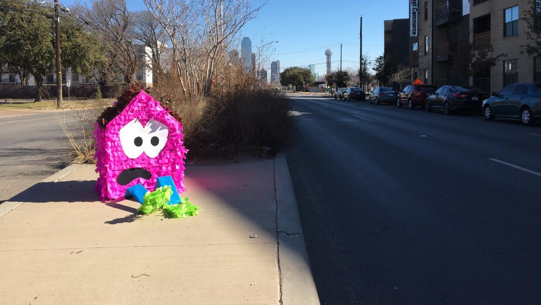 Una piñata busca llamar la atención sobre la falta de vivienda asequible...
