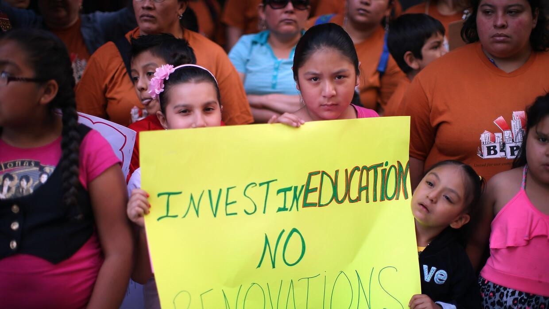 La comunidad protestó en 2013 el cierre de 50 escuelas públicas en Chicago.