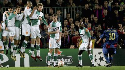 Los 10 Mejores | ¡Él le enseñó a Messi! Ronaldinho y su golazo por debajo de la barrera al Werder Bremen