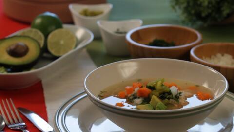 El caldo de pollo en México se sirve con arroz, aguacate, cebolla...