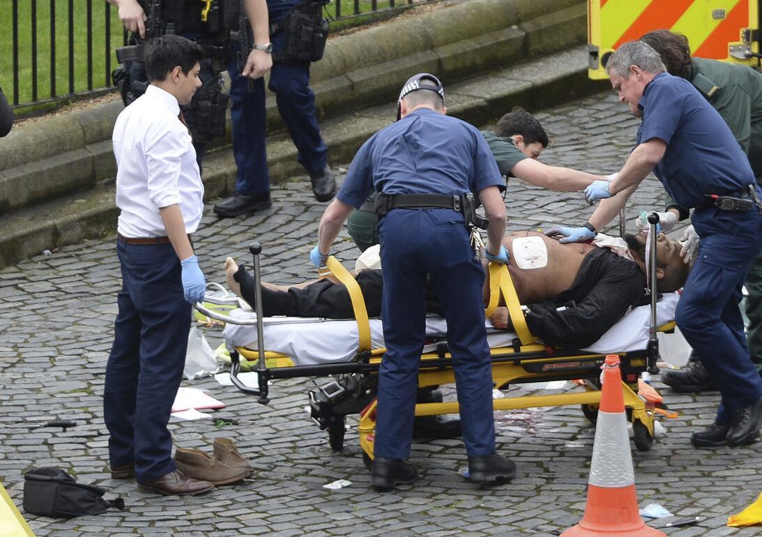 El presunto atacante es atendido por los servicios de emergencia. Las au...