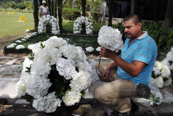 A 17 años de su muerte, su tumba fue cubierta por centenares de flores,...