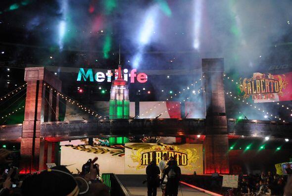 Sí, el estadio se coloreó de México cuando apareció Alberto Del Río, qui...