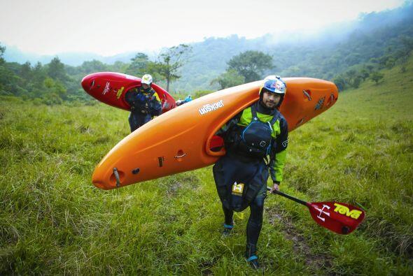 Rafa Ortiz, mexicano, atleta profesional del kayak, carga su equipo en T...
