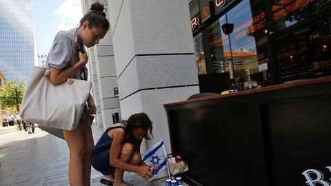 Ciudadanas de Israel encienden velas para conmemorar a las víctim...