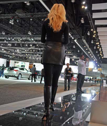¡Llevaba medias negras ..!La moda no puede estar ausente en un Auto Show...