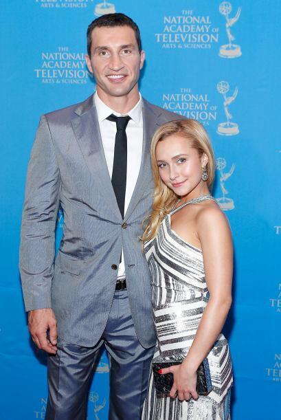 Con su novio, el altísimo Wladimir Klitschko. ¡Qué diferencia de estatur...