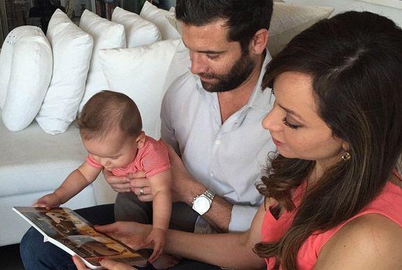Día de los Reyes Magos en familia, los orgullosos papis leyéndole a Bruc...