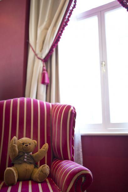 Un sofá con molduras y cortinas atadas con cintas por la mitad serán un...