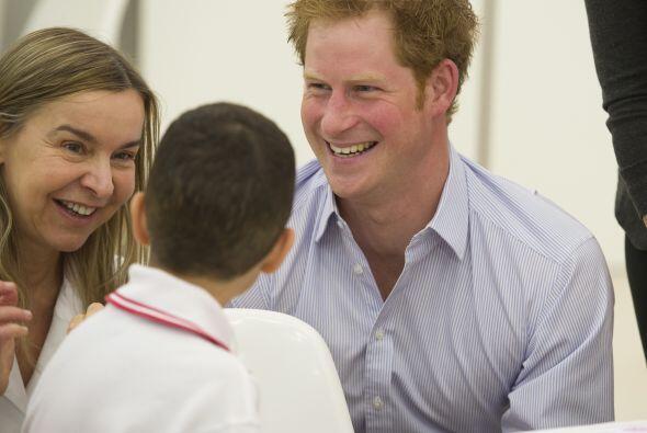 El príncipe de 29 años de edad, se vistió con un traje casual sin corbat...