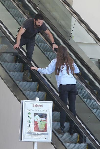 Estos dos se pusieron a juguetear por unas escaleras eléctricas de Studi...