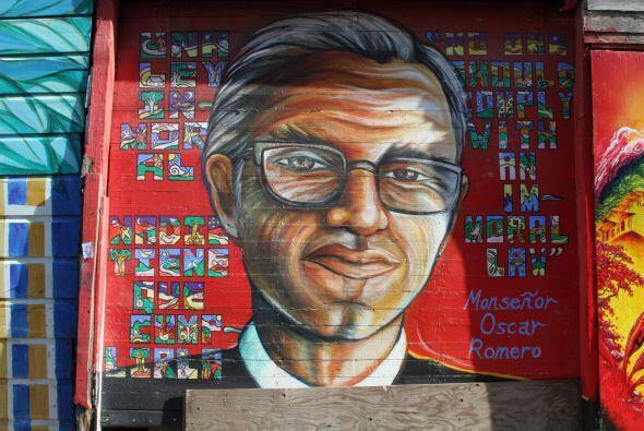 """Mural pintado también en honor al arzobispo salvadoreño """"scar Romero, qu..."""