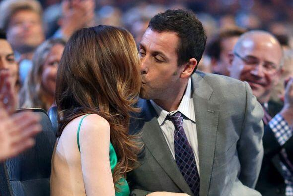 Adam Sandler no paró de besar a su esposa.