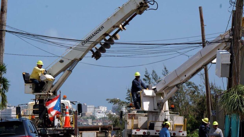 Brigadas de la estatal Autoridad de Energía Eléctrica reparan el sistema...