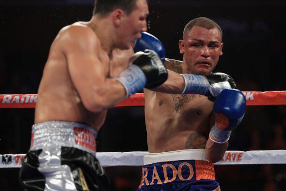 Conforme avanzaba la pelea el contragolpe de Alvarado era menos eficaz y...