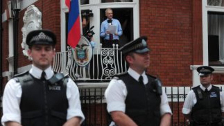Los ocho trabajadores de la embajada empiezan a acostumbrarse a la prese...