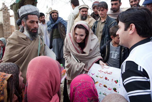 Angelina Jolie abrió una escuela para niñas en Afganistán en el 2013. La...