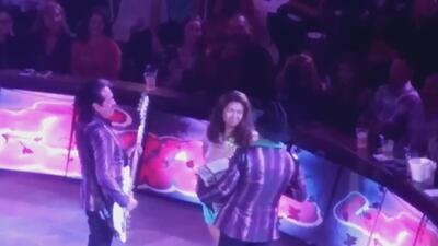 Miren a esta mujer que se desnudó en pleno concierto de Los Tigres del Norte