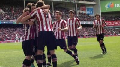 Todos los 'Leones' vascos corrieron a felicitar a Muniain luego del gol...