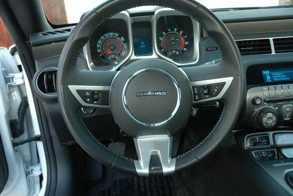 Incluso el volante es un homenaje al estilo Deep-dish de la versión anti...
