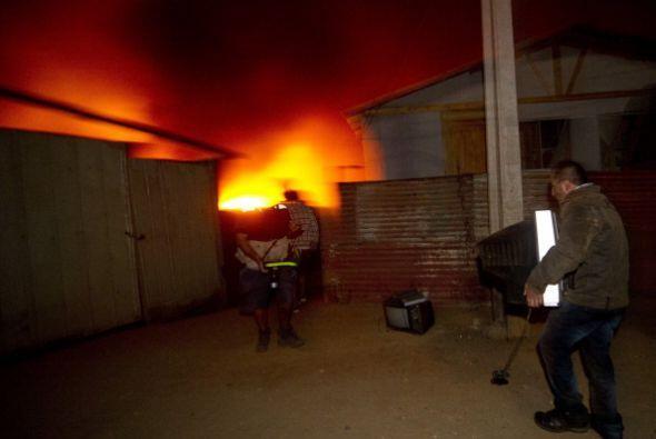 Donde además se está quemando un bosque cercano, lo que pone en riesgo o...