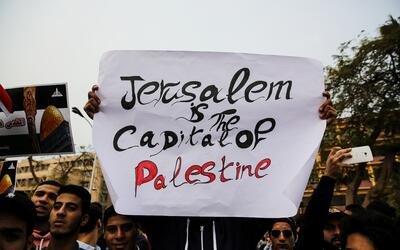 Manifestantes antiestadounidenses en El Cairo, Egipto, llevan un cartel...