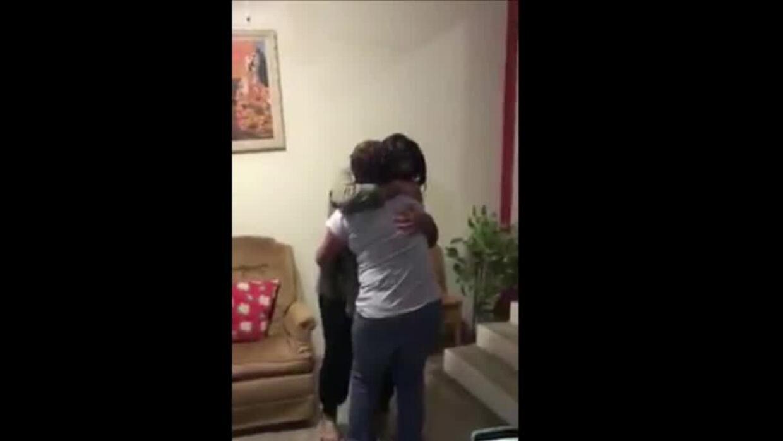 Video: La emoción de una madre al reencontrarse con su hija inmigrante d...