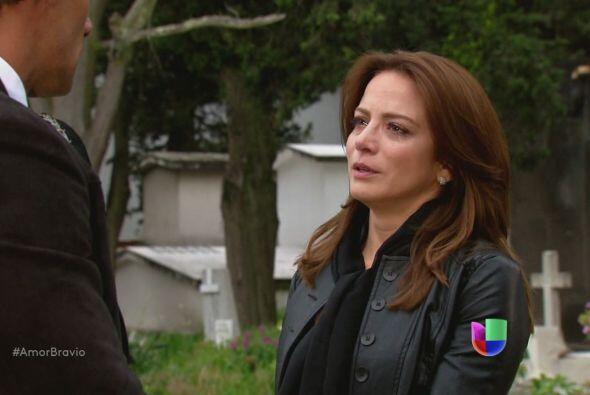 Camila se la devuelve, para que lo proteja, en Chile…