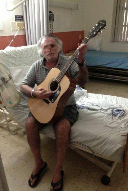 E incluso está aprendiendo a tocar la guitarra. Las enfermeras qu...