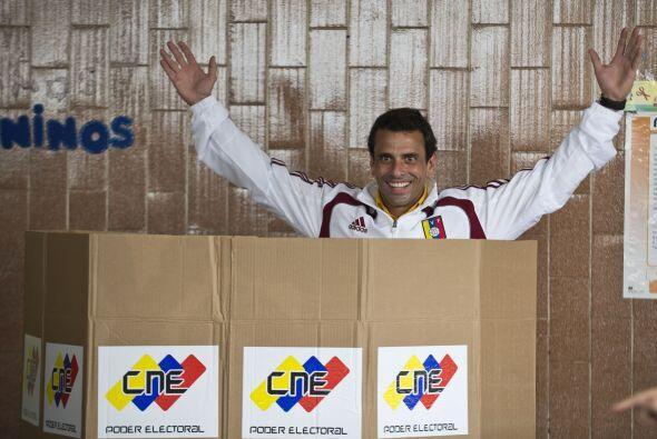 Vestido con una chaqueta de la selección venezolana de fútbol de color b...